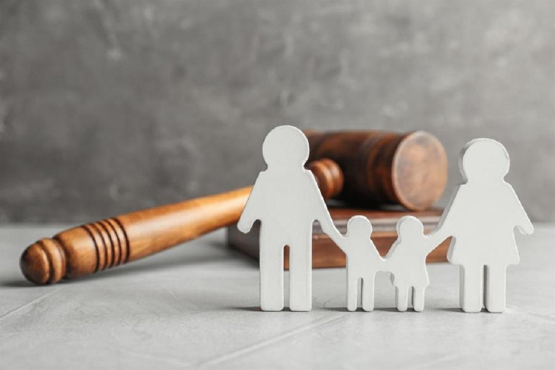 Ανθρωπάκια που σχηματίζουν οικογένεια (μαμά, μπαμπάς, παιδιά) μπροστά από δικαστικό σφυρί