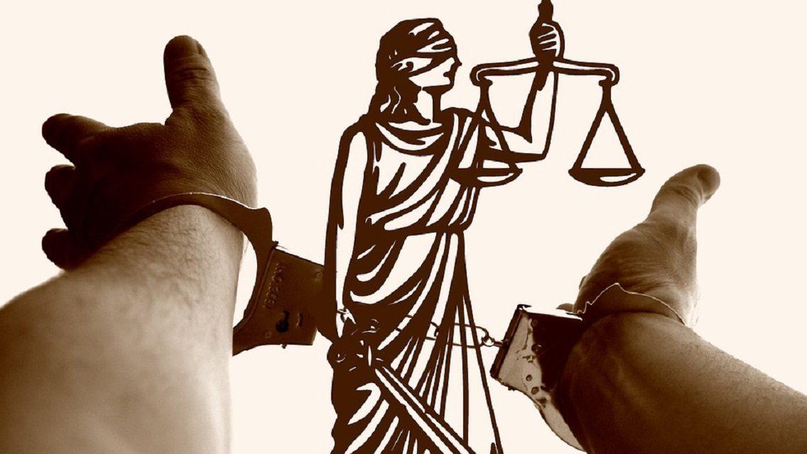 Γίνεται ο νόμος να «φυλακίζει» μια γυναίκα με αυτόν που την κακοποιεί;